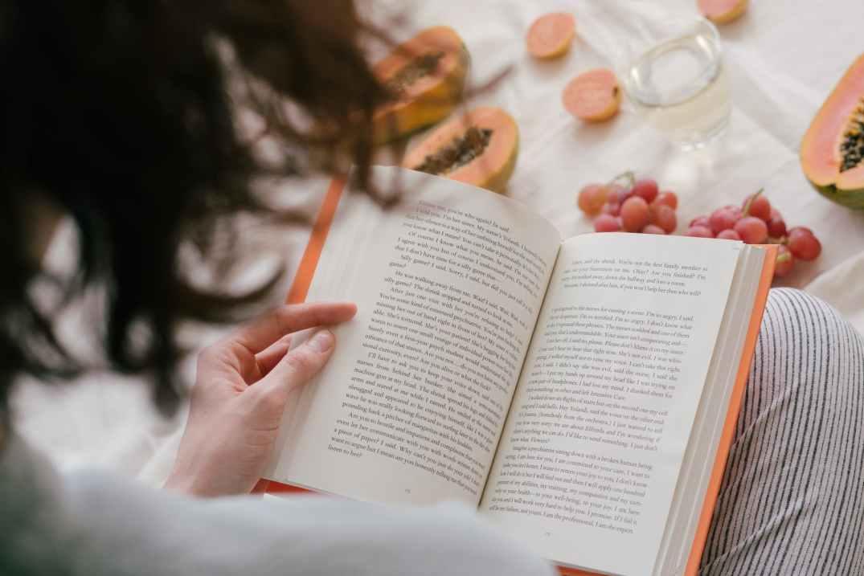 reading-woman-peach